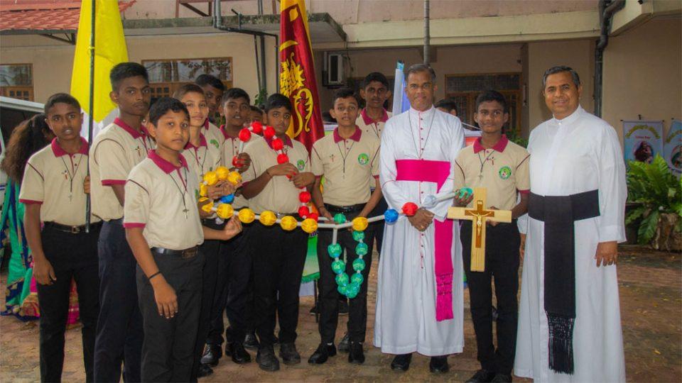 Sri Lanka: holding the Mission Rosary